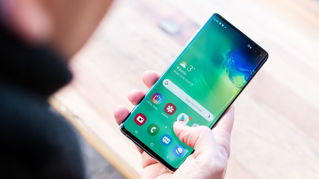 Samsung Galaxy S10 Plus a slightly larger flatterer